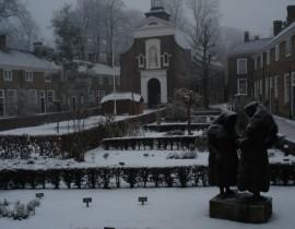 winters begijnhof met sneeuw en begijnen